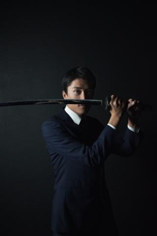 日本刀を構えるスーツ男子
