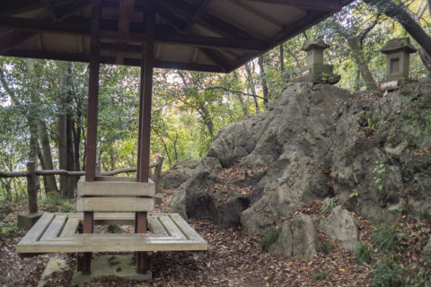 三峯神社と休憩所