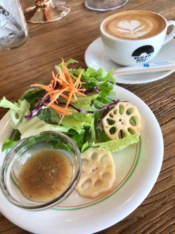 Aセットのサラダとカフェラテ