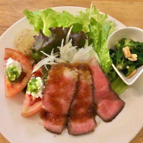前菜のローストビーフのサラダ