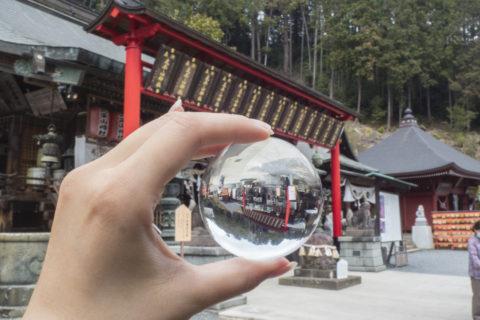 水晶玉越しに太平山神社を撮影