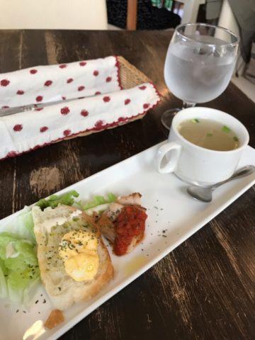 前菜のスープとパン