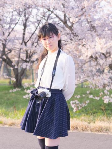 桜並木を背景に