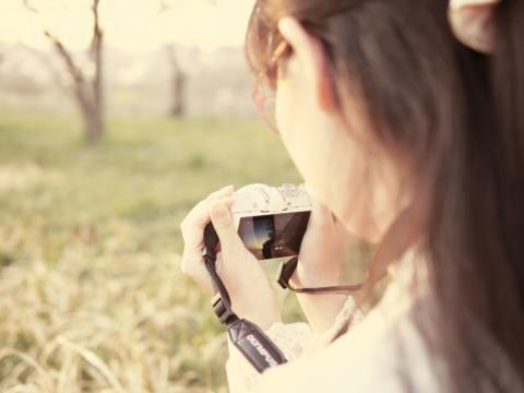 夕陽を撮る春のカメラ女子