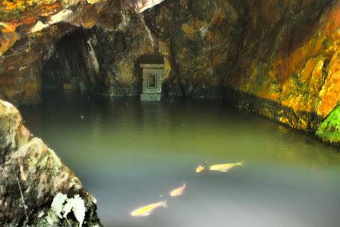 窟神社の洞窟