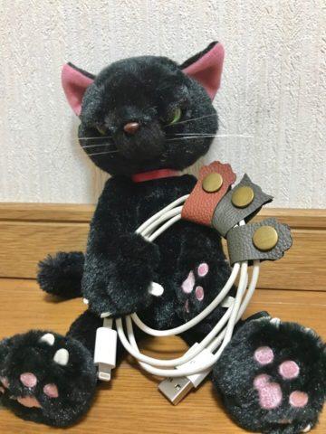 黒猫とケーブルホルダー