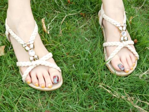 芝生とサンダル足