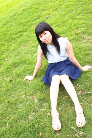 芝生でポートレート