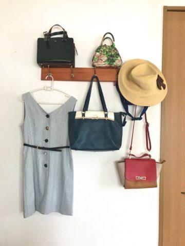 ウォールハンガーにかけた服とバッグ