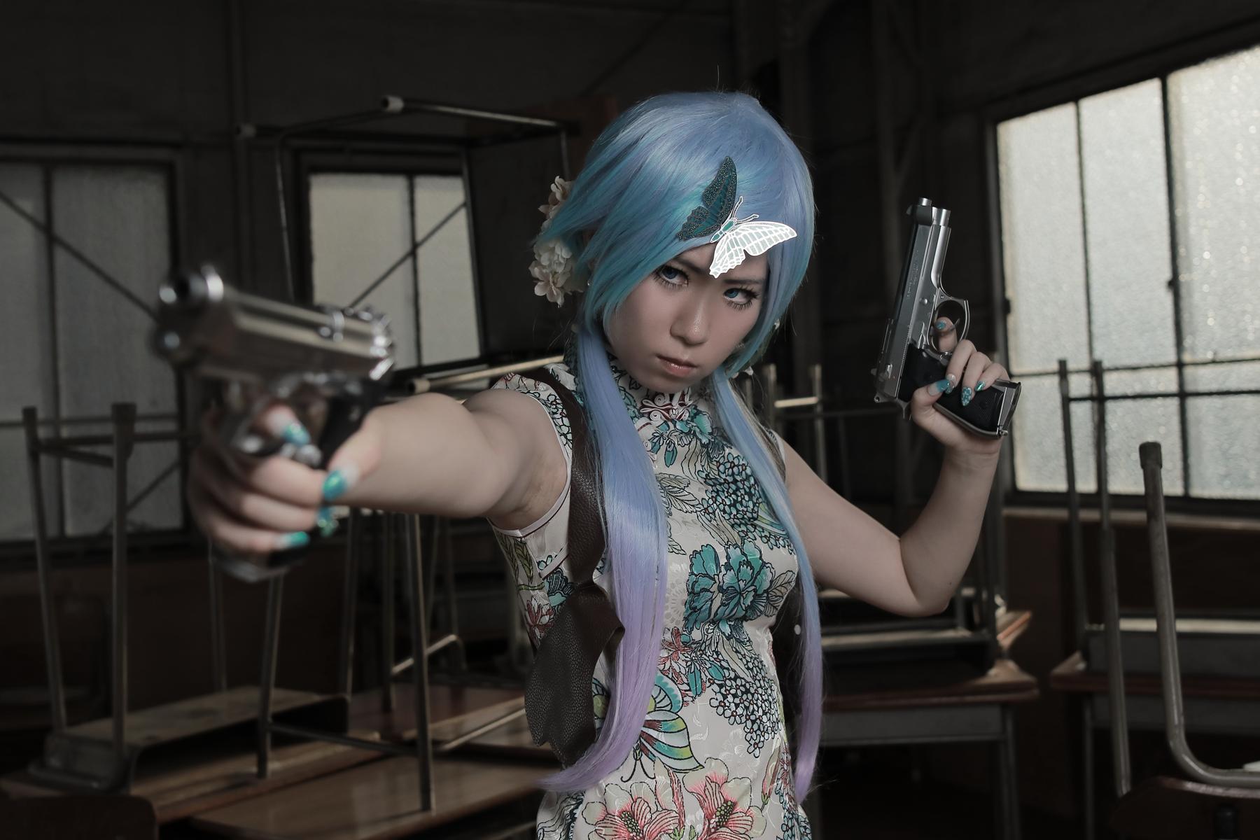 2挺拳銃とチャイナドレス