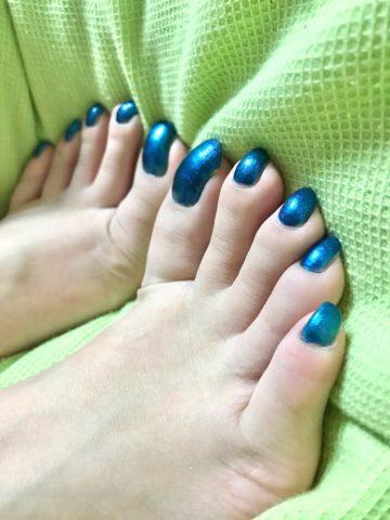 青いペディキュアの爪