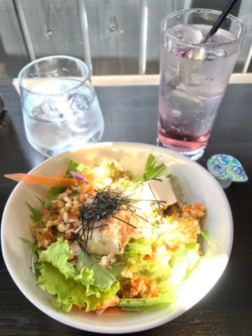 大盛り豆腐サラダとドリンクのピーチソーダ